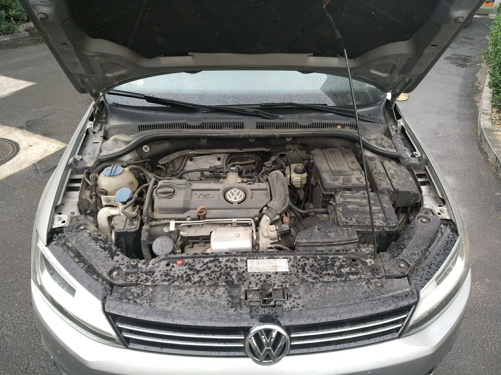 大众速腾 2012  冷凝器异常一般由于车头轻微碰撞或部件老化导致,维修